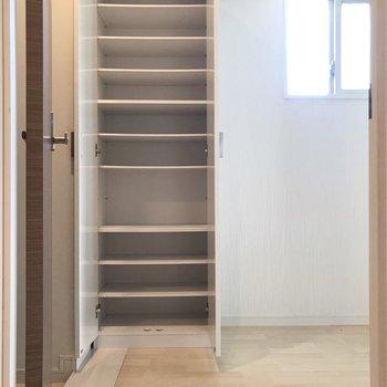 オシャレさんも納得サイズのシューズボックス(※写真は4階の同間取り別部屋、清掃前のものです)