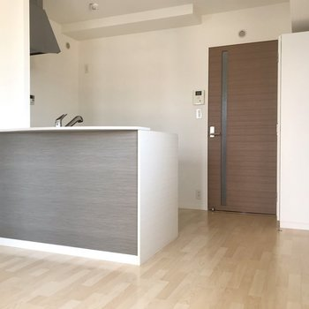 キッチンにはグレーのアクセント(※写真は4階の同間取り別部屋、清掃前のものです)