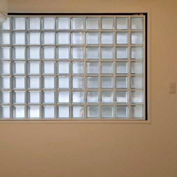 ガラスブロックがおしゃれ。ダブルベッドも置ける広さですよ。