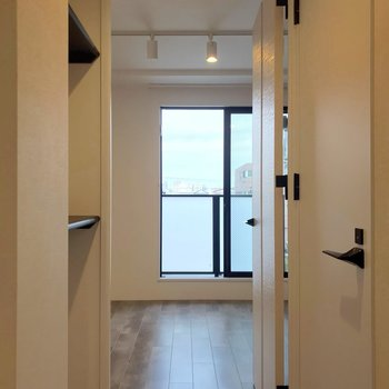 玄関から短い廊下を渡って居室へ。