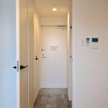 トイレは玄関側に。モニターホンもありますよ。