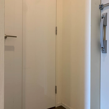 向かいにある扉を開けると、
