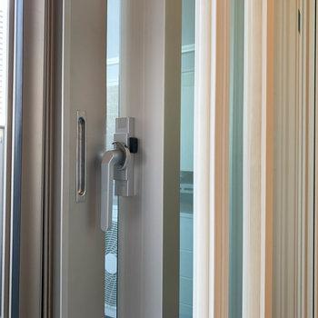 窓は分厚い二重窓。騒音や外気を防いでくれています