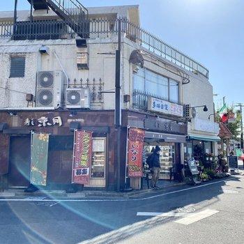 駅前。いくつかの飲食店と大きめのスーパーがあります。