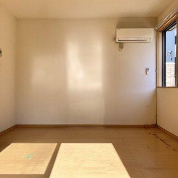 左側の角にベッドの頭を持ってくると、自然光で気持ちよく起床できるかも。※写真はクリーニング前のものです