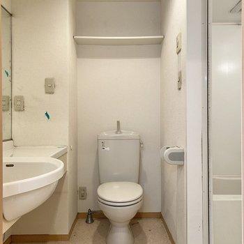 お手洗いは洗面台横。上部のラックにペーパーなど置いておけますね。※写真はクリーニング前のものです