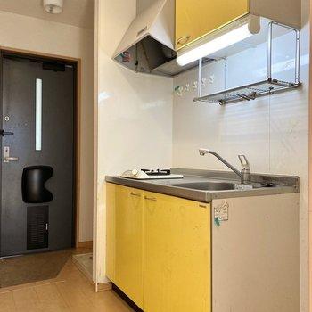 ポップなイエローが可愛らしいキッチン。※写真はクリーニング前のものです