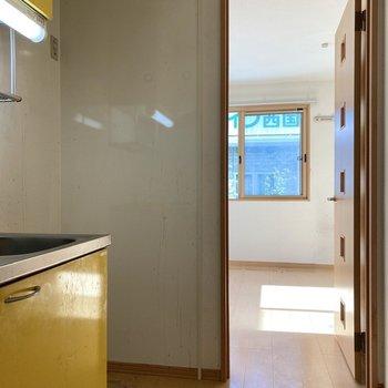 キッチン右側に冷蔵庫がおけますよ。※写真はクリーニング前のものです