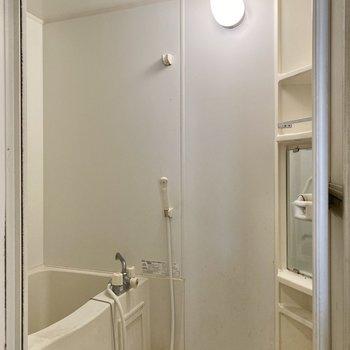 ホワイトのシンプルな浴室。ゆったりめの空間でしっかりリラックスできそう。※写真はクリーニング前のものです