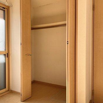 天井まで伸びるクローゼット。床からポールまで高さがあるので、ハンガーと衣装ケースを一緒に使えそうですね。