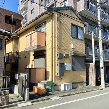 軽量鉄骨造の2階建てアパートです。