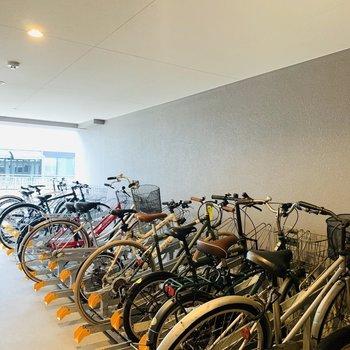 屋根付きでしっかり整備されている自転車置き場。