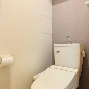 ウォシュレット付きのお手洗い。上部には収納棚も。(※写真は4階反転間取り別部屋のものです)