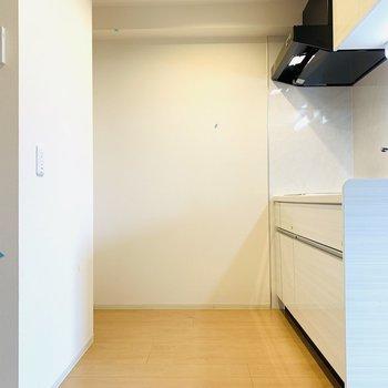 こちらも広々としたキッチンスペース。冷蔵庫は1番奥の左手に。(※写真は4階反転間取り別部屋のものです)