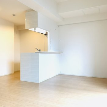 真っ白な壁にナチュラルなフローリングで優しい空間。(※写真は4階反転間取り別部屋のものです)