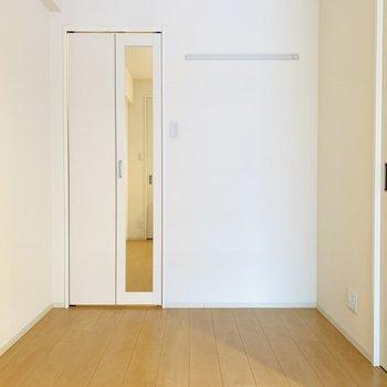 4.6帖の洋室。クローゼットには姿見、右側にはウォールハンガーも。(※写真は4階反転間取り別部屋のものです)