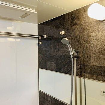 シャワーヘッドも大きめで気持ちよさそう!浴室乾燥付きです。(※写真は4階反転間取り別部屋のものです)