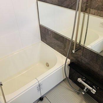 ゆったりとした浴槽で、しっかりと体の疲れを落として。(※写真は4階反転間取り別部屋のものです)