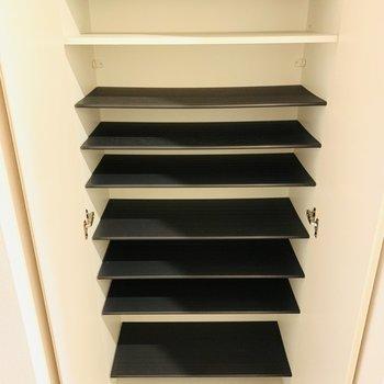 シューケースも充実。1段に3足入るスペース感です。(※写真は4階反転間取り別部屋のものです)