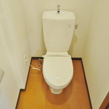 洗浄機能はないけど、便座は温かいんだからぁ♪(※写真は8階の同間取り別部屋のものです)