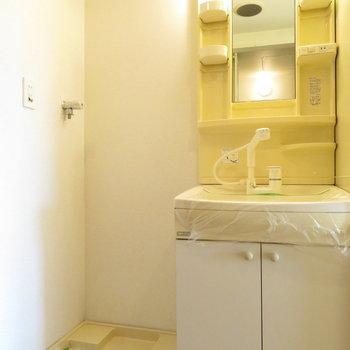 キッチン隣に洗面台と洗濯機置き場(※写真は10階の同間取り別部屋のものです)