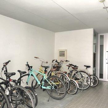駐輪場はエントランスの前にありました。