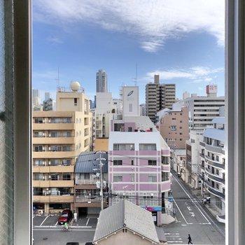 小窓からの眺望は清々しい景色。