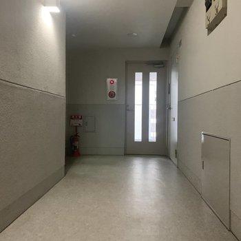 今回のお部屋はエレベーターすぐのところです。