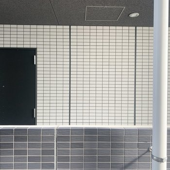 【洋室】窓からはお隣のマンションが見えます。