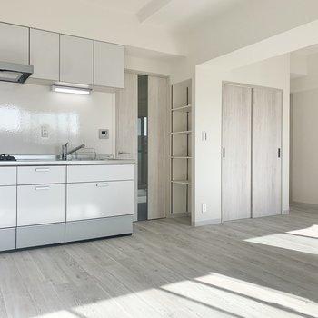 【LDK】キッチン横には棚があります。