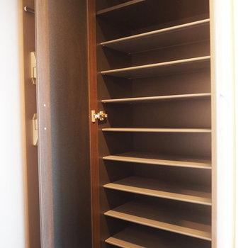 大容量の靴箱。扉には全身鏡が付いています。(※写真は8階の反転間取り別部屋のものです)