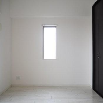 壁には小さな小窓が(※写真は8階の反転間取り別部屋のものです)