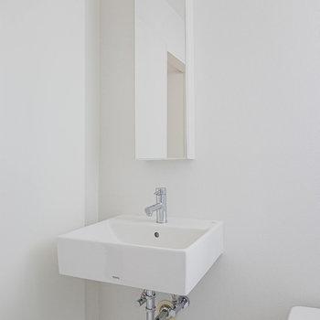 洗練されたデザインの洗面台。自分自身も磨かれそうだ。(※写真は6階の同間取り別部屋のものです)