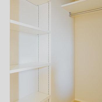 高さを変えられる棚もあり、バッグなどの小物の収納としても。(※写真は6階の同間取り別部屋のものです)