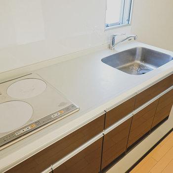 2口IHにシンクと調理スペースも広く、利便性も良さそう。(※写真は6階の同間取り別部屋のものです)