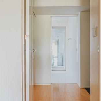 キッチン横のドアから玄関スペースへ。奥に見えるのは……?(※写真は6階の同間取り別部屋のものです)