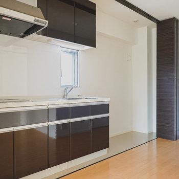 キッチンの真横には冷蔵庫やラック用のスペースが広めにとられています。(※写真は6階の同間取り別部屋のものです)