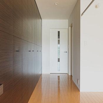 このキッチン、引き戸で壁と一体化させて隠すことが可能。反対側にはウォークインクロゼット。(※写真は6階の同間取り別部屋のものです)