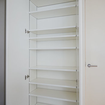 天井まで高さのある靴箱。可変式の棚で大きさのある靴も収納可能。(※写真は6階の同間取り別部屋のものです)