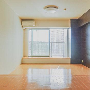 スキップフロアのリビング。足だけでなく心まで飛び跳ねそうなデザイン。(※写真は6階の同間取り別部屋のものです)