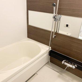 木調が素敵なお風呂。追焚きと浴室乾燥機付。(※写真は2階の同間取り別部屋のものです)