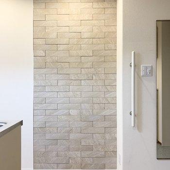 サニタリーの向かいの壁には質感の素敵な石調のタイルが。(※写真は2階の同間取り別部屋のものです)