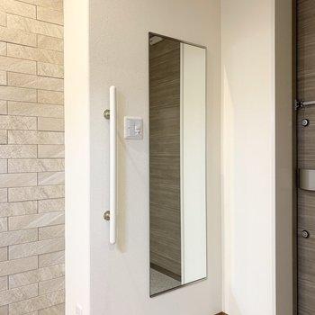 壁にはミラー付でお出かけ前に全身チェックが可能です◎(※写真は2階の同間取り別部屋のものです)