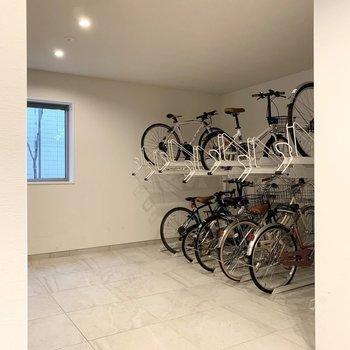 自転車置場はオートロック外ではありますが、ロビー内で安心感のある位置に。
