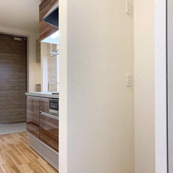 冷蔵庫置場はキッチンと洋室の間に。(※写真は2階の同間取り別部屋のものです)