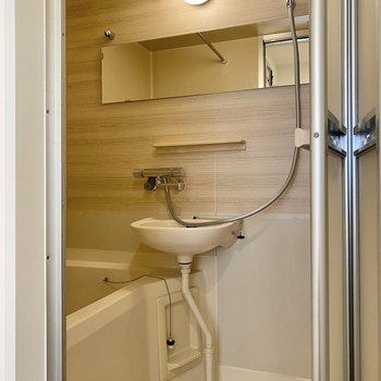 お風呂は2点ユニット。ここでも木の質感を感じます。