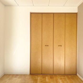 【洋室】ダブルベッドを置いても余裕がありますよ。