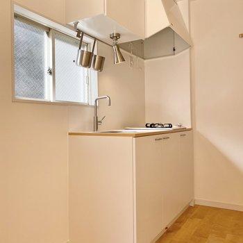 キッチン前にも窓があり、明るいです。
