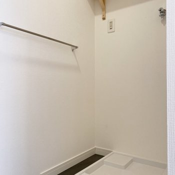 隣には洗濯機が置けます。棚があるので洗剤もしまえますね。