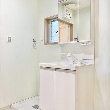 洗面台と洗濯機置き場はお隣どうし。